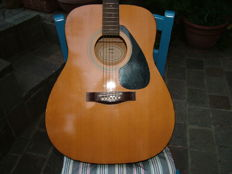 Yamaha f-310 acoustic guitar -it needs some aesthetic intervention - excellent sound - 70s/80s