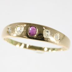Classic Victorian red gold ring with diamonds and a ruby - Anno 1850