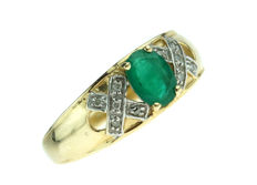 14 kt yellow gold fantasy women's ring set with emerald and diamonds - ring size 18.25