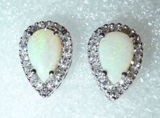 Earrings in 18 kt/750 white gold drop shape with 0.56 ct Diamonds/diamond cut, + 2 ct Opals - length 12 mm, width 8.4 mm - like new