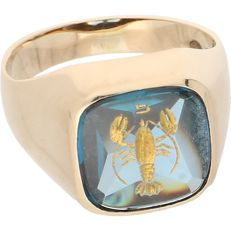 18 kt - Yellow gold signet ring set with blue topaz with a carved yellow gold scorpion - Ring size: 17.5 mm