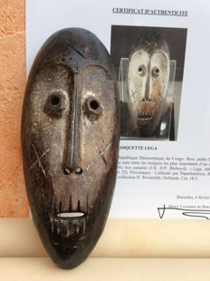 LEGA mask called Lukwango - Collected by Papadimitriou - The thirties / forties - Height 18 cm - Former Belgian Congo - With a Certificate of Authenticity signed by the Baron Coomans de Brachène - Former Westerdijk Collection