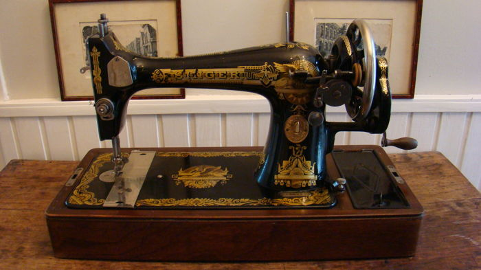 Singer 66K sewing machine with wooden dust cover and key, 1925