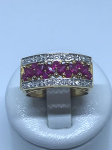Cocktail ring in 18 kt gold, adorned with rubies and diamonds. Size: 55/17.80 mm.