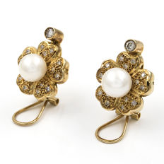 18 kt (750/000) yellow gold - Earrings with brilliant-cut diamonds totalling 0.90 ct and Akoya cultured pearls - Earring diameter: 17.40 mm.