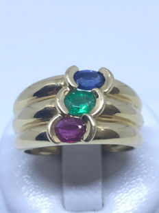 18 kt gold ring decorated with 3 lovely precious stones: a sapphire, an emerald and a ruby.