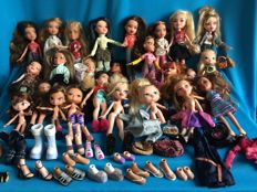 25 Bratz dolls and 70 accessories, 14 pairs of shoes, extra clothing