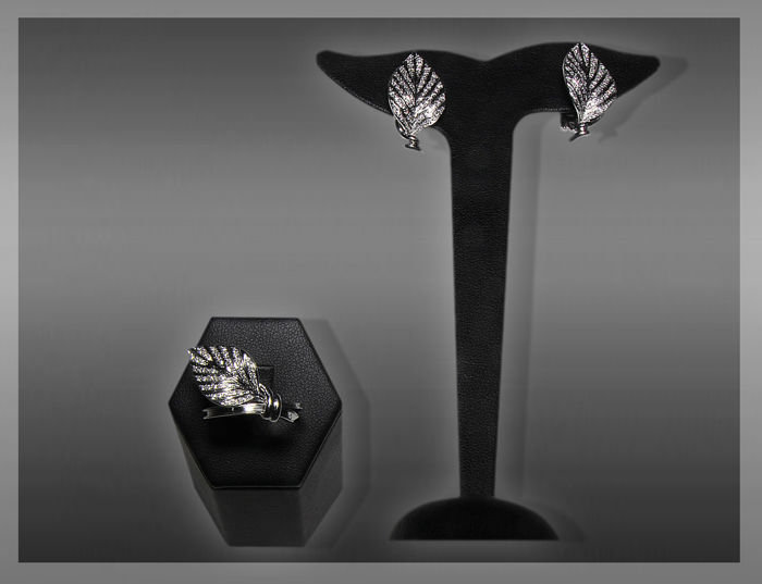 Set of leaf-shaped ring and earrings in 18 kt white gold with diamonds totalling 1.71 ct - G - VVS - ring size: 19 - earring height: 2.80 cm