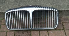 1 original chrome-plated Daimler (Jaguar) double six radiator grill - dimensions: approx. 65 x 31 cm