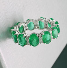 Memory ring: Emerald-brilliant-ring 8.55 ct in total, of which emeralds weighing 7.95 ct, 750 white gold --no reserve price!---