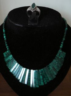 Necklace and ring with malachite, lenght 44cm. Ring diam 18mm/Eur 56,5