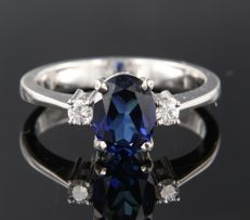 14 kt white gold ring set with a central, oval cut sapphire, in total approx. 0.95 carat and 2 brilliant cut diamonds, 0.06 carat