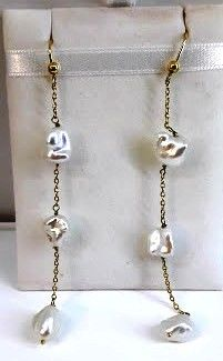 Earrings in 18 kt gold with polished baroque pearls - length: 7.5 cm