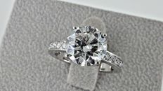 4.34 ct  round diamond halo ring made of 18 kt white gold - size 7