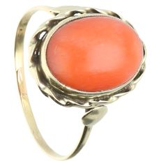 14 kt - Yellow gold ring set with a cabochon cut precious coral in an elegant setting - Ring size: 17 mm