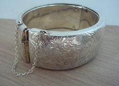 Wide sterling silver bracelet 2,6cm - bangle - floral design - with safety chain.