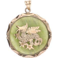 14 kt - Yellow gold pendant set with a jade with a yellow gold dragon on top - Length: 33.5 mm x Width: 25 mm