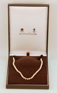 Mappin & Webb - Vintage Cultered Pearl Necklace With 18K Gold Clasp and Diamond of 0.04 Carats, London Import 1962 - Length : 55 cm