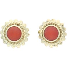14 kt - Yellow gold ear studs, each set with a cabochon cut precious coral in a decorative setting - Earring diameter: 8.5 mm