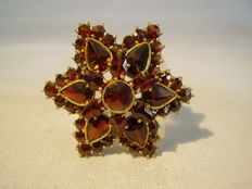 Antique gold star brooch with rose cut garnets of approx. 12.5ct.