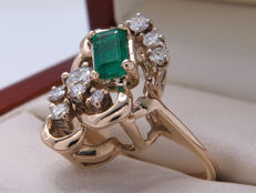 Certified gold cocktail ring with emerald and diamonds. 0.58 ct **No Reserve**
