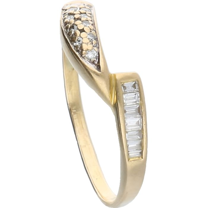 18 kt – Yellow gold wavy ring set with 7 baguette cut diamonds and 9 brilliant cut diamonds – Ring size: 18.25 mm