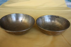 "Lot of 2 hand-hammered bowls ""Singing bowl"" - Nepal/Tibet - first half of the 20th century."