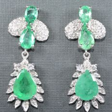 18 kt. Exclusive white gold earrings with 64 GH-SI diamonds and six emeralds in tear shape. 3.40 ct in total. Length:  26.90 mm *** No reserve price ***