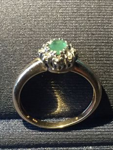 585 / 14 kt gold ring, emerald 0.5 ct, diamonds 0.1 ct Ring size: approx. 53