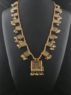 Antique necklace with box-like decorations, in 20 ct gold, with small depictions of Krishna - Rajasthan, West India, early 20th century