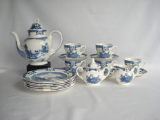Royal Tudor, Mandarin : Coffee set, Blue Willow. Coffee pot with cups and saucers, sugar bowl and milk jug set and plates