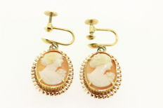 Dangle earrings in 14 kt yellow gold with shell cameo