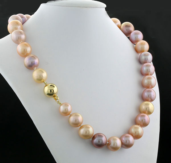 Natural-coloured cultivated pearl necklace, pearl size 10.5 to 15mm beautiful lustre, 585 yellow gold -- no reserve price --
