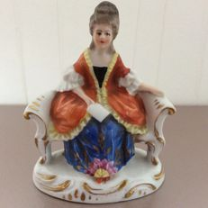 Chelsea toy - Porcelain Lady in a bench
