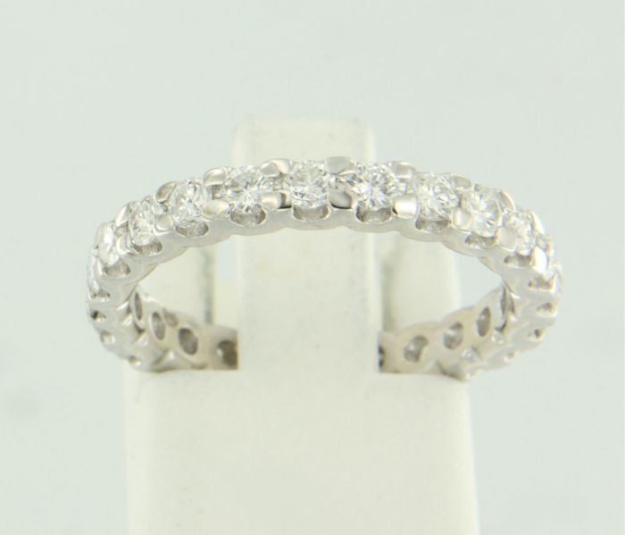 14 karat white gold full eternity ring set with 24 brilliant cut diamonds - ring size 17.25 (54)