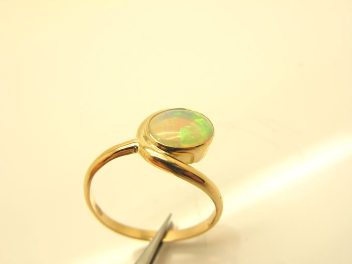 18 kt yellow gold ring with Australian opal (9.20 x 7.70 mm). Size: 18 (58).