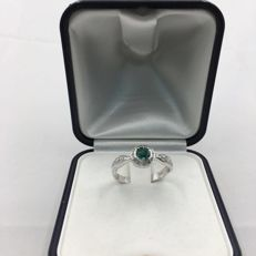Ring with emerald and brilliant cut diamonds totalling 0.18 ct – Size: 13.
