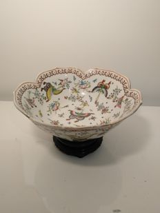 "Famille-rose porcelain bowl, flower petal shaped with ""thousand butterflies"" decoration - China - 2nd half of 20th century"