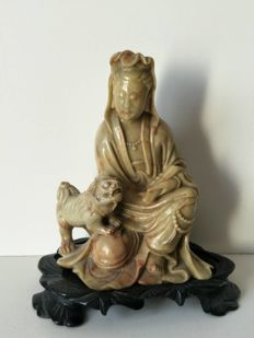 Statue of Guanyin accompanied by a foo dog, sculpture of extremely fine green talc – China – ca. 1920-1940
