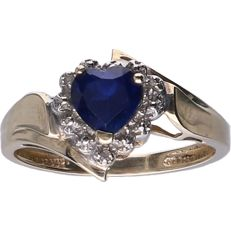 8 kt BLGG yellow gold solitaire ring set with a heart cut sapphire of 0.75 ct and 3 diamonds in a white gold setting - Ring size: 17.75 mm