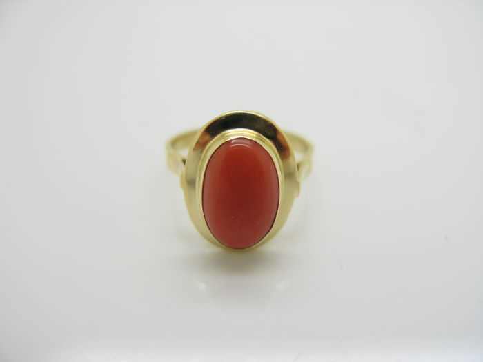 18ct yellow gold ring with Mediterranean red coral - size 14 ***no reserve price***