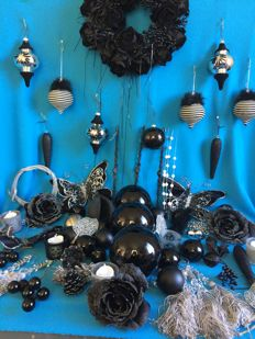 70-piece black and silver lot of Christmas decorations.