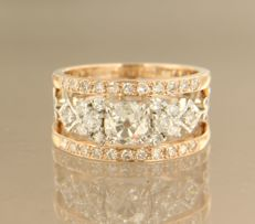 14 kt bi-colour gold ring band set with a central, 0.72 carat Bolshevik cut diamond and 34 diamonds, 0.91 carat, ring size 17 (53)