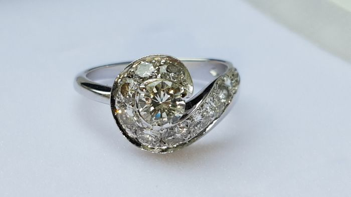 White gold ring with central brilliant cut diamond of 0.30 ct and another 10 totalling 1 ct, brilliant cut, total carat weight approx. 1.30 ct - Size 16 mm