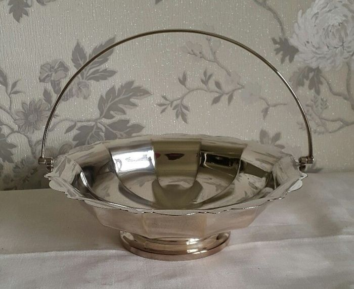 Round silver plated basket with handles and squared edges