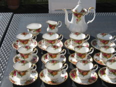 12 cups and saucers, coffee pot and creamer set - Royal Albert - Old Country Roses