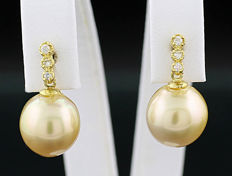 A pair of light gold South Sea cultivated pearl brilliant pendant earrings, 750 yellow gold ---no reserve price---