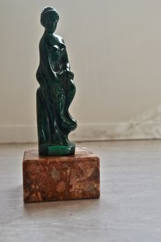 Woman from Malachite on Marble pedestal - 23 x 9 x 9 cm - 1070 gm