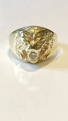 Heavy, 14 kt yellow gold ring with 0.14 ct diamond in a lion's head - Ring size 20.5 (65)