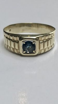 Gold vintage men´s ring decorated with blue sapphire.  Ring size: 19 (60)